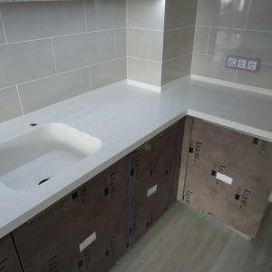 Столешница угловая, с интегрированной мойкой, проточками для воды и вырезом под варочную панель. Акриловый камень LG HI-MACS — G110