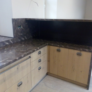 Кухонная столешница с фартуком, накладной мойкой и варочной панелью, камень LG - M 301