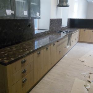 Кухонная столешница с фартуком,переходящая в подоконники. Камень LG - M 301