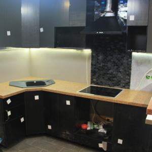 Угловая кухонная столешница с мойкой и варочной панелью, барной стойкой. Камень Grandex - А 407