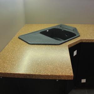 Угловая кухонная столешница с накладной мойкой и варочной панелью. Камень Grandex - А 407