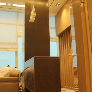 Барная стойка с облицовкой нижней части и ножкой, облицовкой 4-х метровой колонны, камень LG - G 074