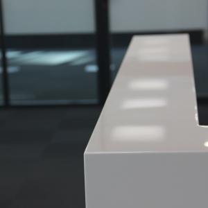 Стойка ресепшн со вставками из нержавеющей стали, камень LG HI-Macs - S 028