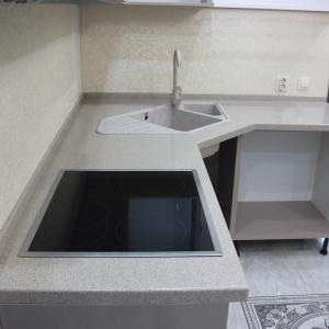 Кухонная угловая столешница с трапецией, накладной мойкой и варочной панелью, камень LG - G 001
