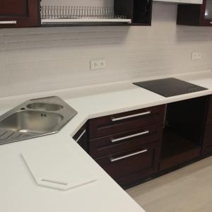 Кухонная угловая столешница с трапецией, накладной мойкой и варочной панелью, камень LG - P 001
